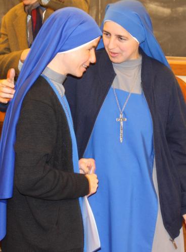 Hna. Aracoeli, Nueva Doctora, saludando a la Madre Corredentora, Superiora General, SSVM